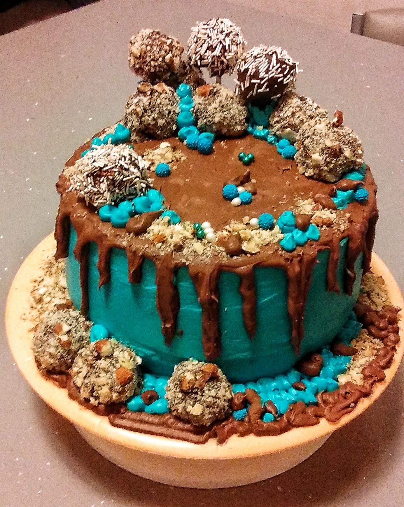 DRIP CAKE AL CACAO MANDORLE E NOCCIOLE