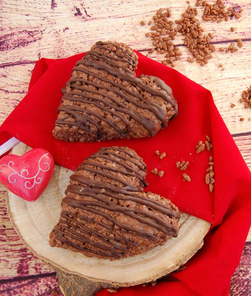 Cuori di riso soffiato e barrette Mars decorati con cioccolato fondente